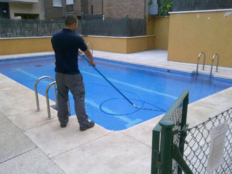 Mantenimiento y limpieza de piscinas limpiezas andros for Limpieza fondo piscina